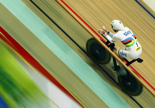 Ciclista del team Sky su pista