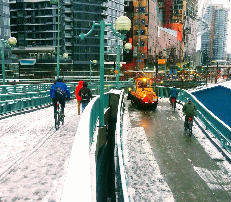 Spazzaneve a Vancouver sulla pista ciclabile