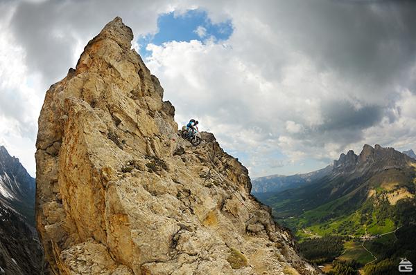 Mountain bike su una strada ferrata delle Alpi