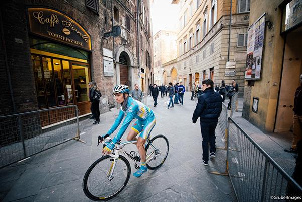 Ciclista delle Strade Bianche a Siena