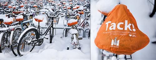 Coprisella arancione su bici coperte di neve