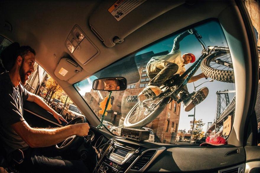Una BMX salta un taxi