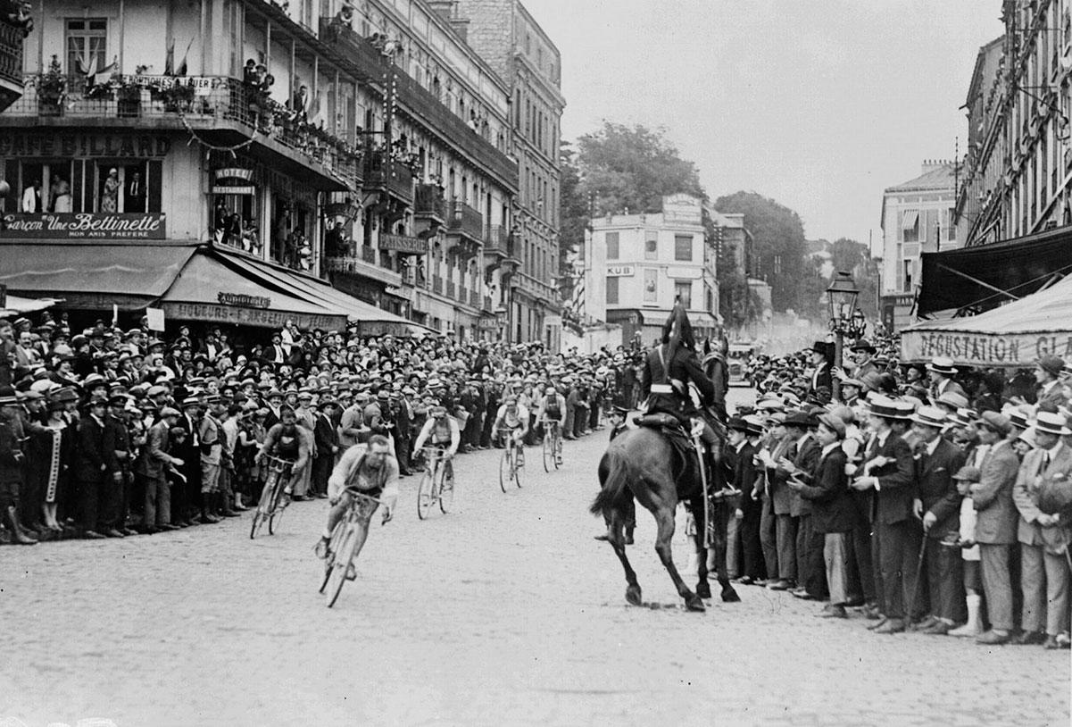 Ottavio Bottecchia all'inseguimento di Lucien Buysse a Saint-Cloud durante l'ultima tappa del Tour 1925