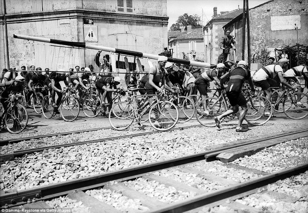 Attraversamento di un passaggio a livello nella tappa Tonnay-Charente al Tour de France 1939
