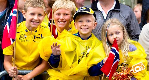 Bambini norvegesi in maglia gialla