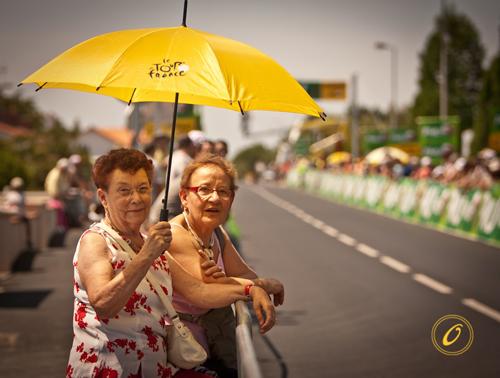 Due donne con un ombrello del Tour de France