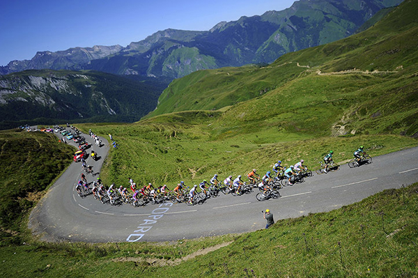 La carovana del Tour affronta i Pirenei