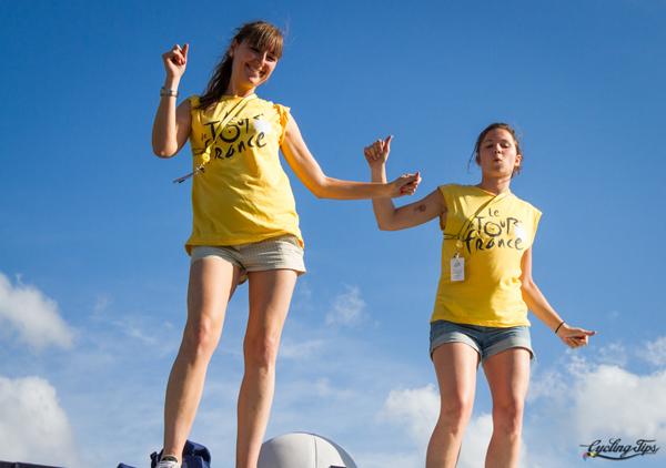 Ragazze ballano lungo la tappa del Tour de France