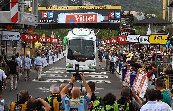 Il bus Orica incastrato nel traguardo del Tour de France