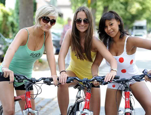 Ragazze con le maglie del Tour de France