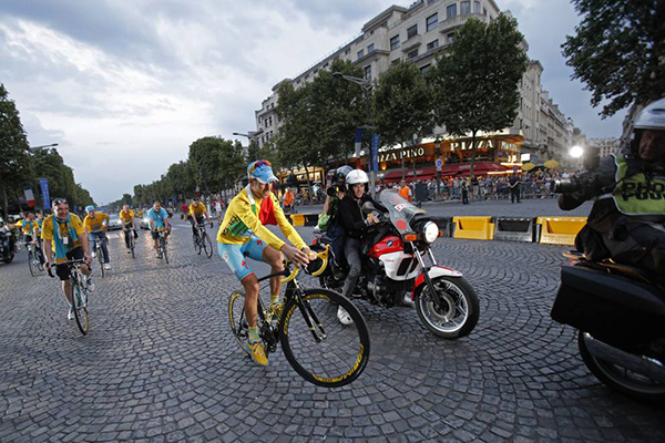 Vincenzo Nibali wheelie
