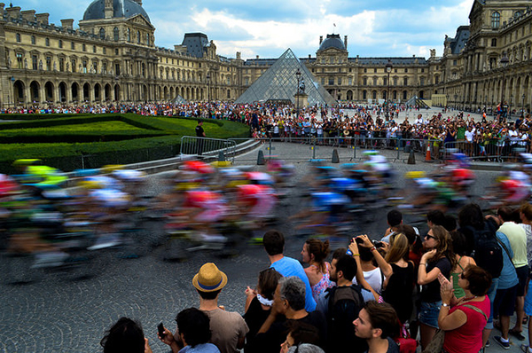 La piramide del Louvre al Tour 2014