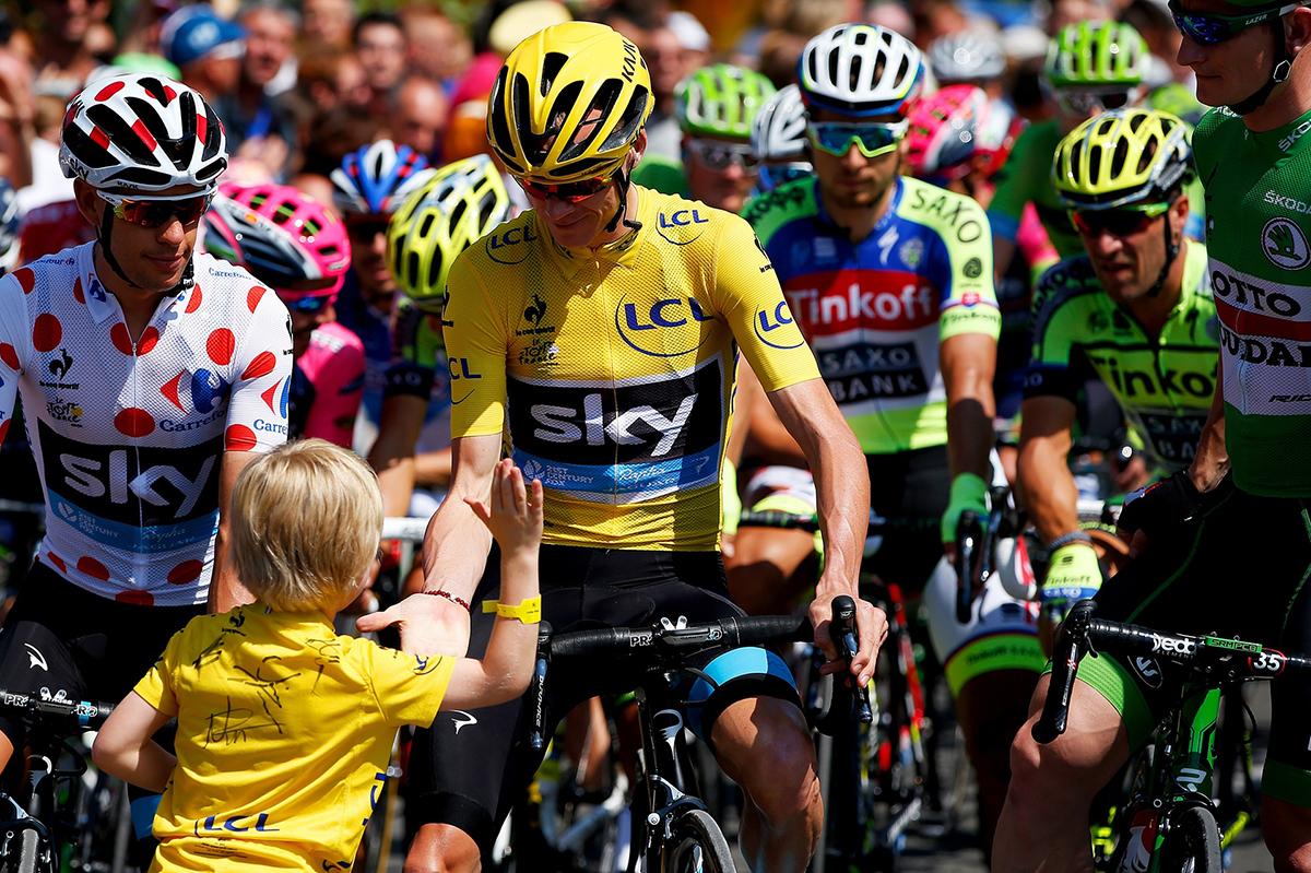 Un bambino da il cinque a Froome al Tour 2015