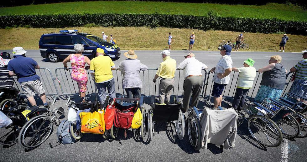 Anziani e sedie a rotelle al Tour 2015