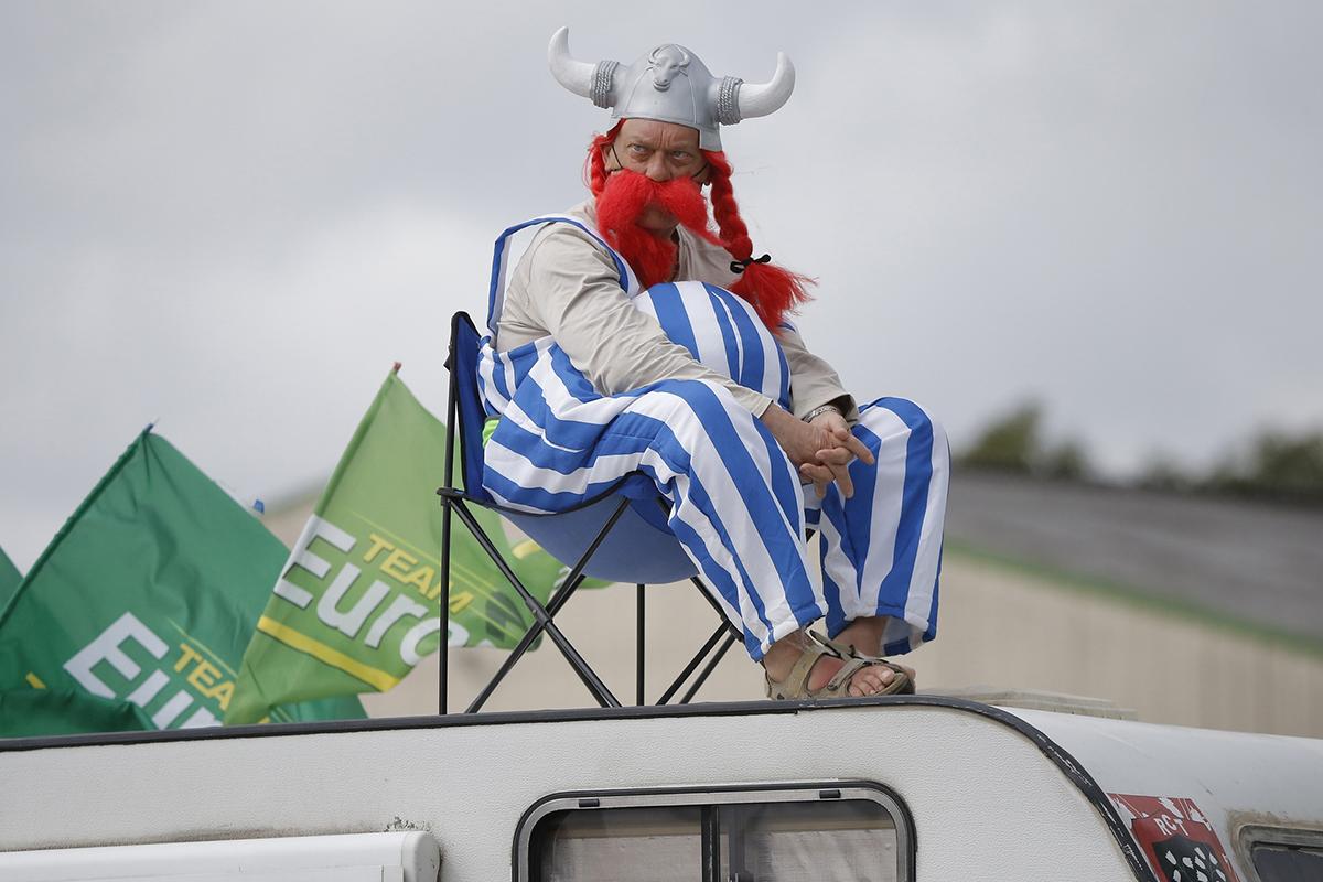 Spettatore del Tour de France vestito da Asterix