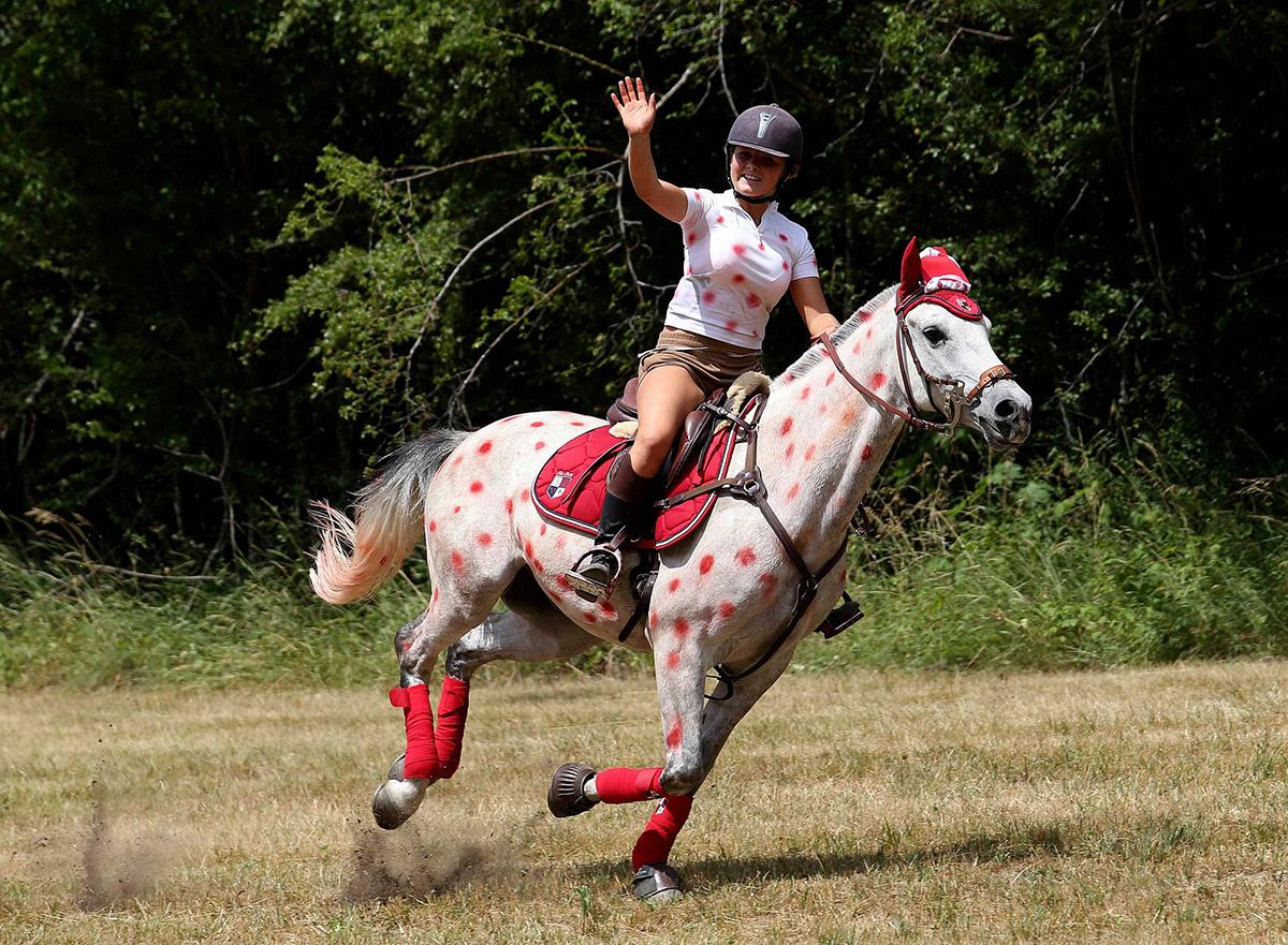spettatrice del Tour de France a cavallo