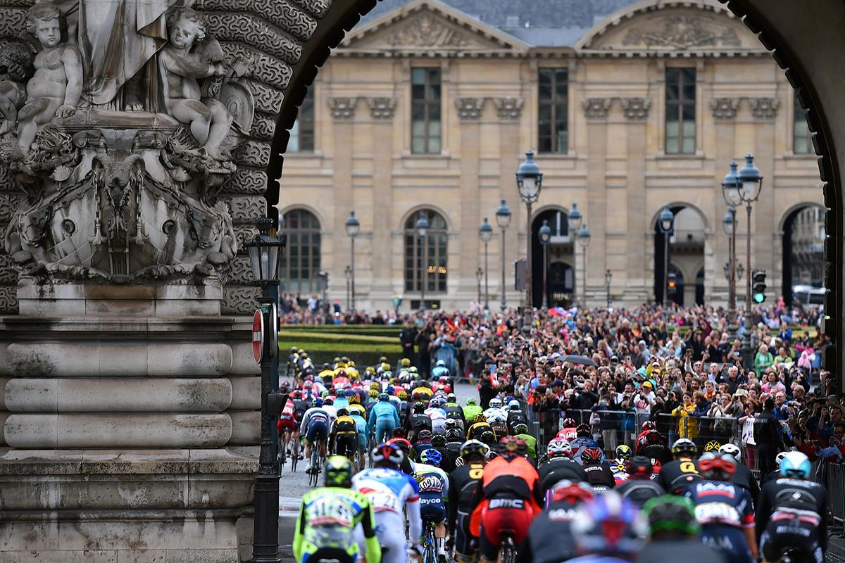 La carovana del Tour 2015 entra a Parigi