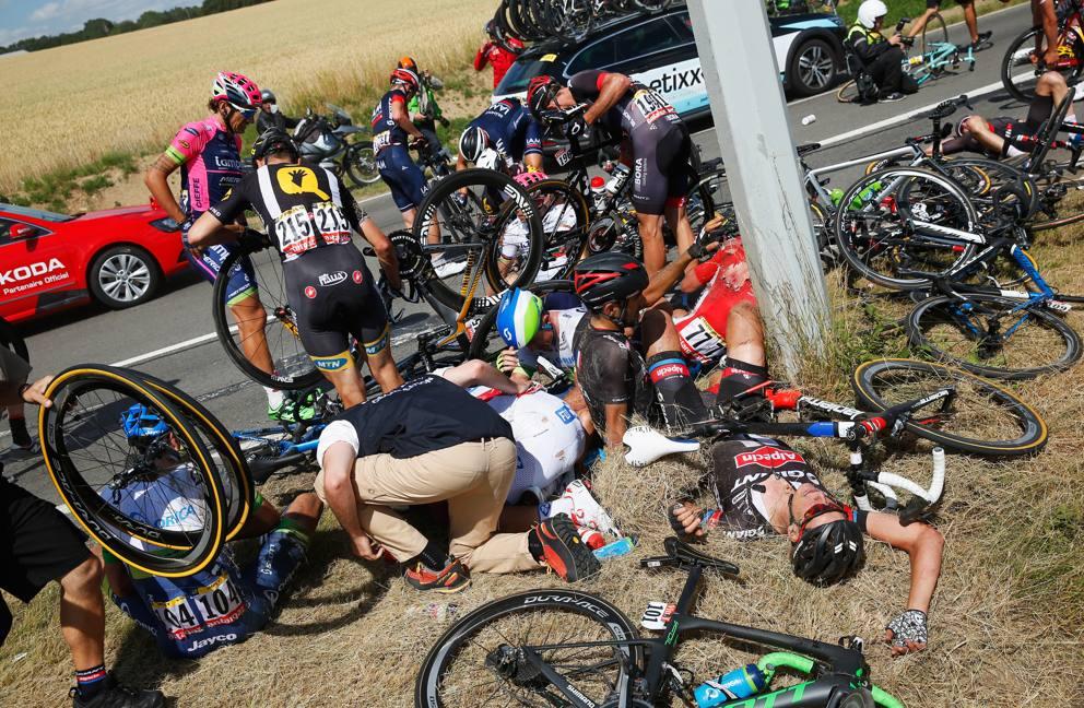 Maxi caduta al Tour de France 2015