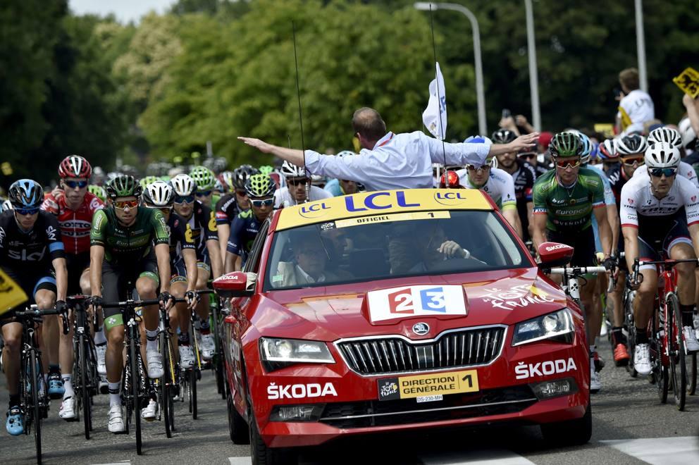 Il direttore di corsa del Tour ferma la gara dopo una caduta