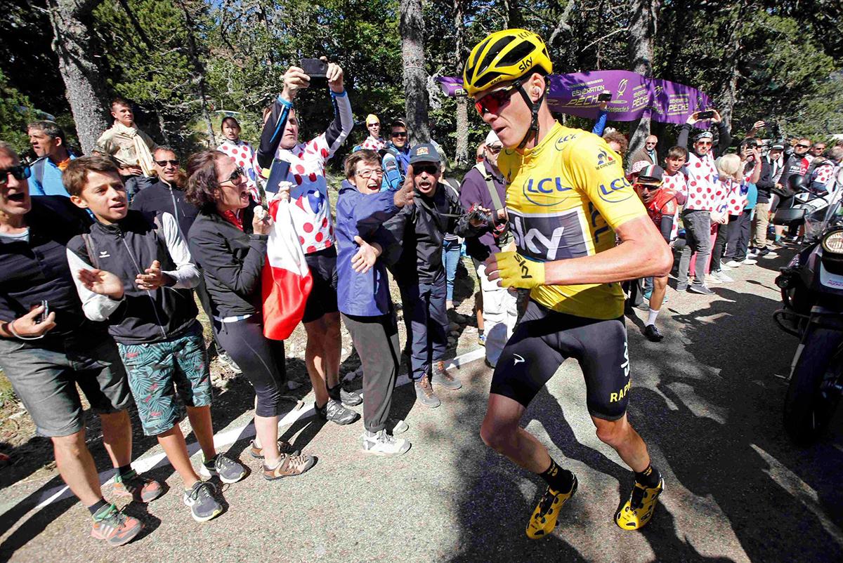 Froome corre sul Mont Ventoux dopo essere caduto per colpa di una moto