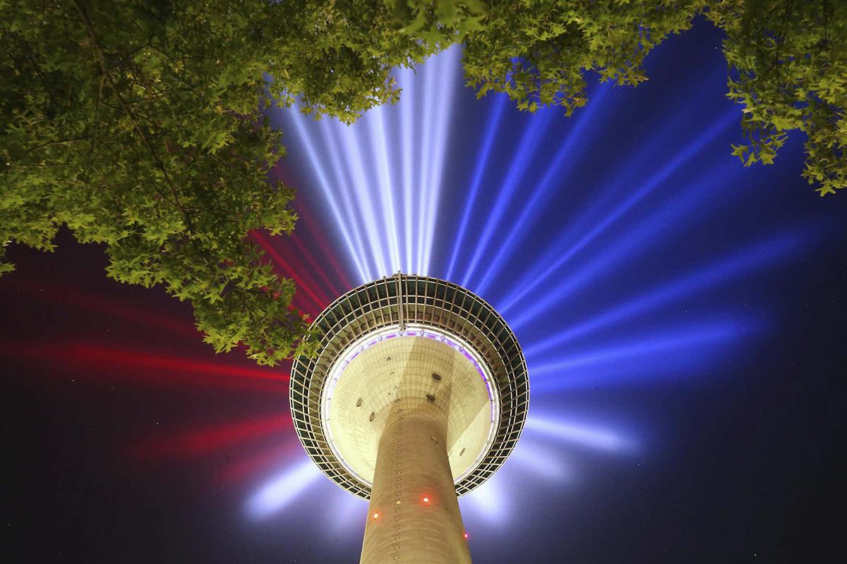 La Rheinturm illuminata per la Grande Partenza del Tour de France 2017