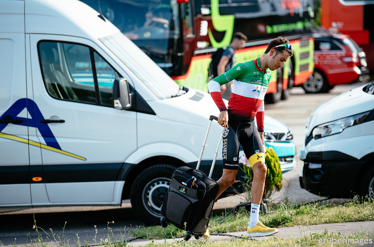 Fabio Aru con un trolley al Tour de France 2017
