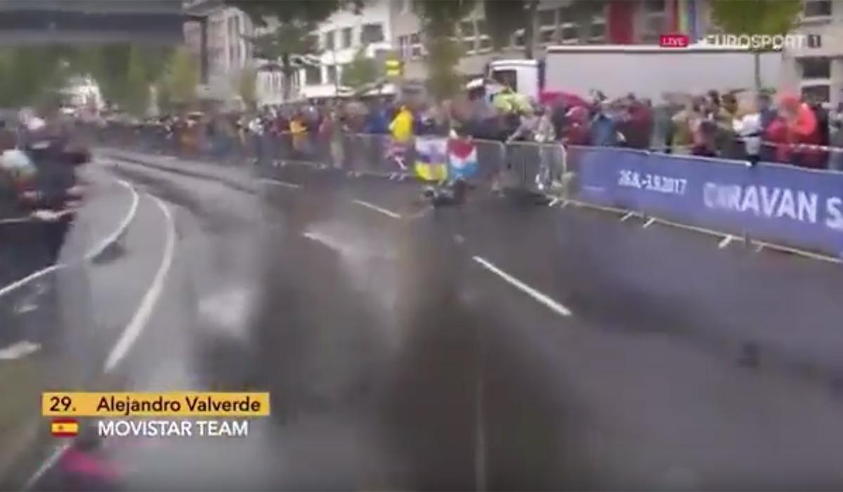 L'impatto di Valverde contro le transenne