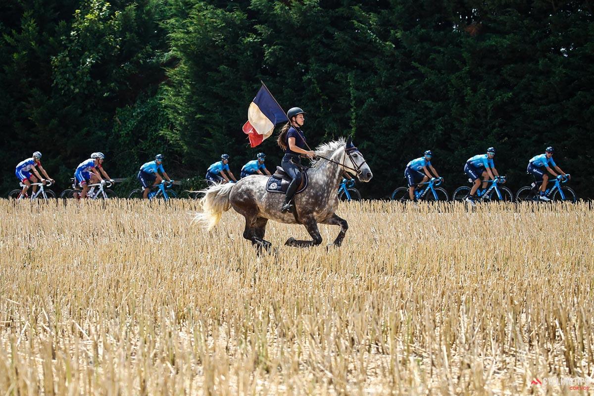 Cavallerizza con la bandiera francese al Tour 2018