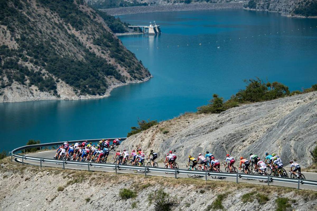 Il gruppo all'inseguimento al Tour de France 2019