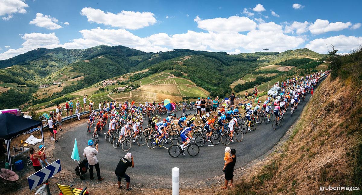 Il gruppo in un tornante al Tour de France 2019