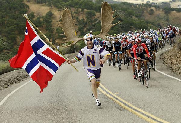 Dory Holte con le corna di un'alce al Tour della California