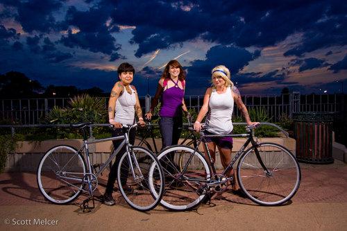 Tre ragazze in bici