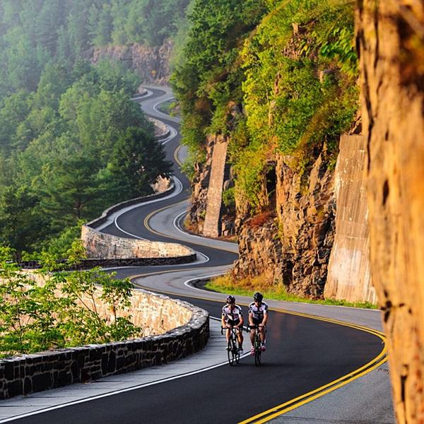 Ciclisti su strada tutta curve