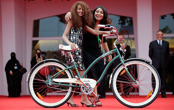 Waad Mohammed e Haifaa al-Mansour in bici al festival di Venezia
