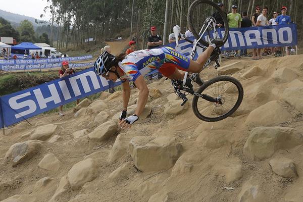 Vera Adrian cade durante una gara di cross-country