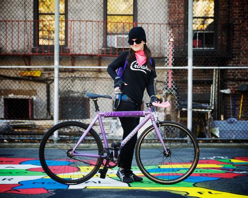 Ragazza con bici viola