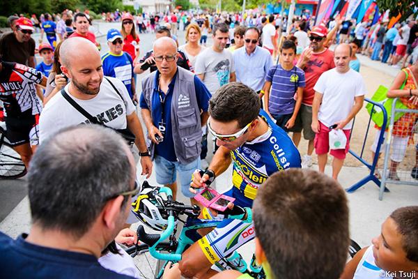 Antonio Flecha autografa un Nintendo DS alla Vuelta 2013