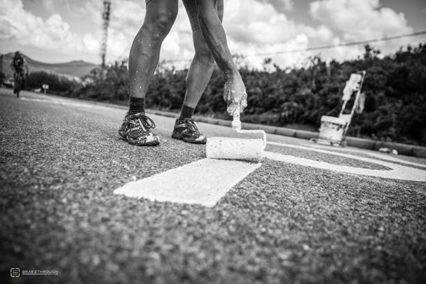 Tifoso scrive sulla strada alla Vuelta 2014
