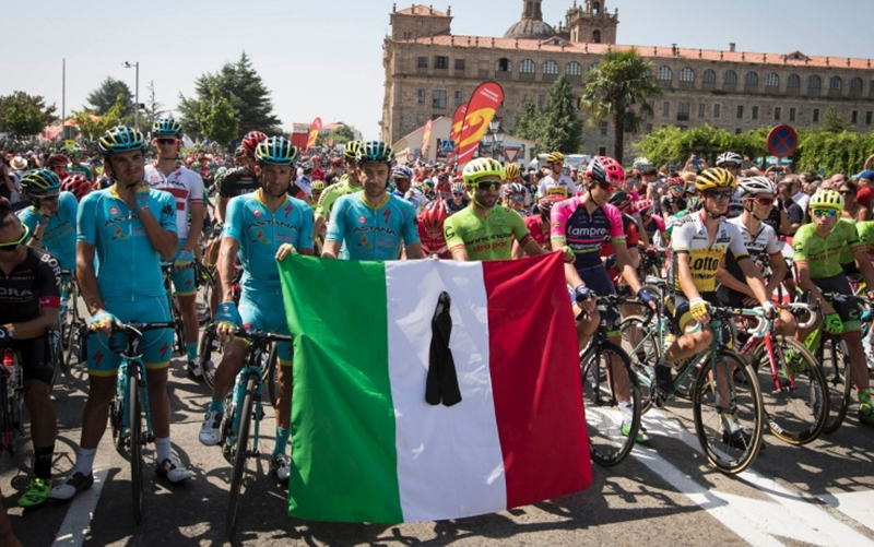 Corridori alla Vuelta 2016 commemorano le vittime del terremoto in Italia