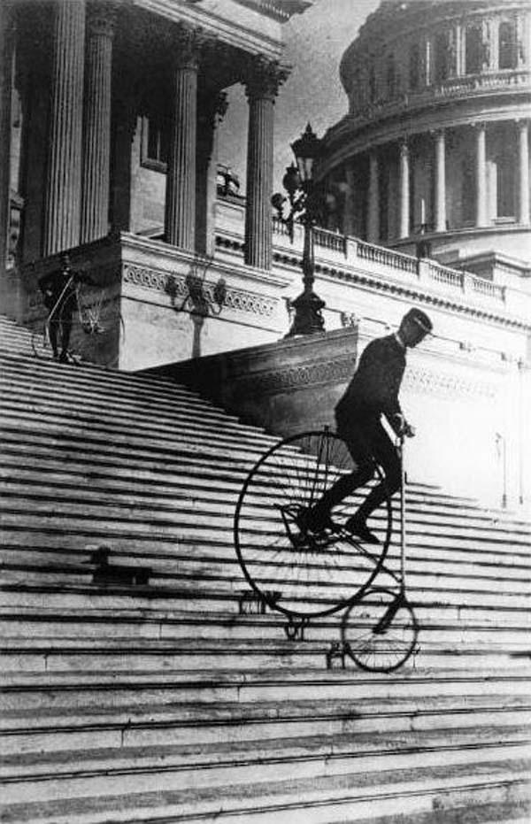 Will Robertson in velocipede giù dalla scalinata del Campidoglio nel 1885